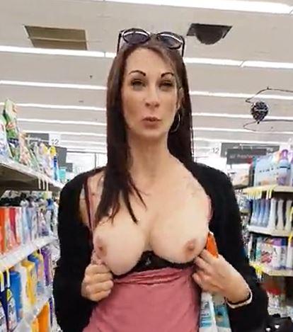 markette göğüslerini